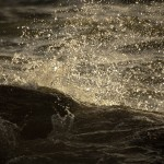 Vatten slår mot stenen
