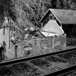 Raserat hus vid järnväg